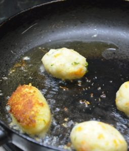 Frying potato lollipop