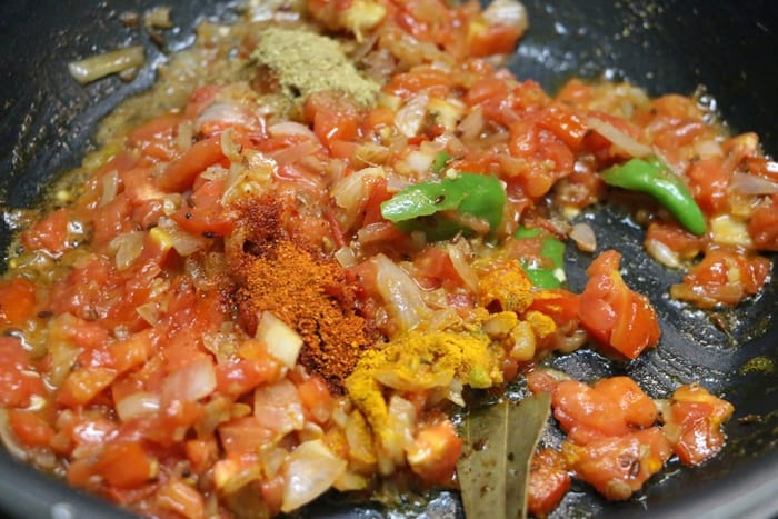Frying tomatoes and spice powderd