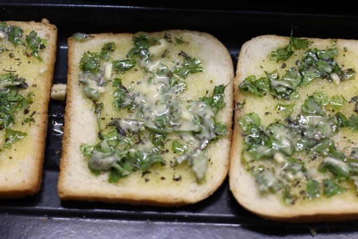 Making garlic toast recipe