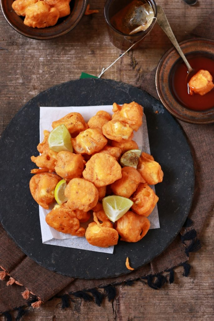 crispy paneer pokada served with red chutney