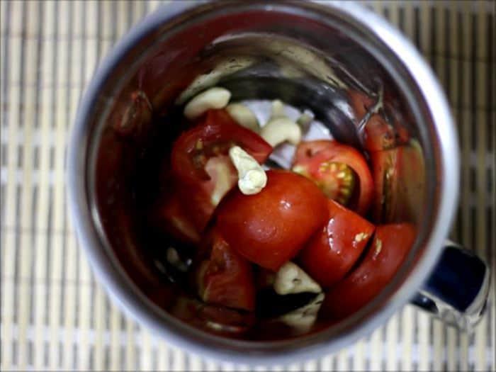 tomatoes and cashews for dahi bhindi recipe, dahi wali bhindi recipe