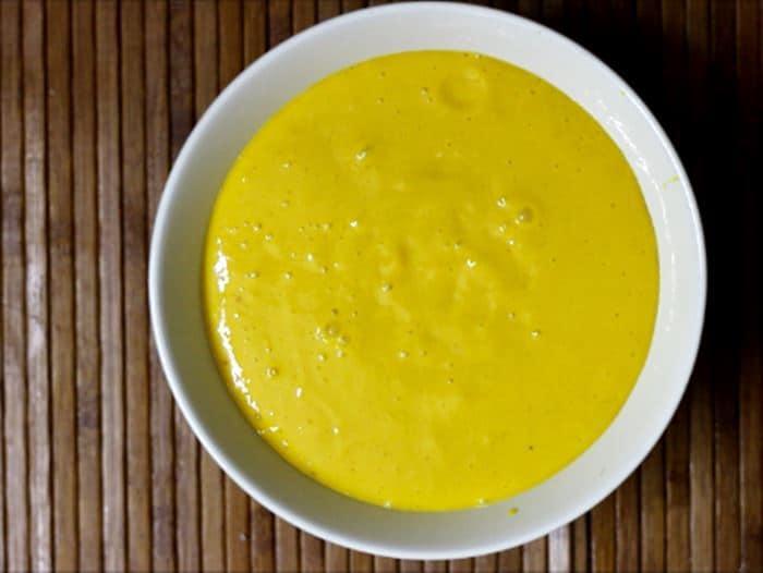 Making mango smoothie bowl recipe
