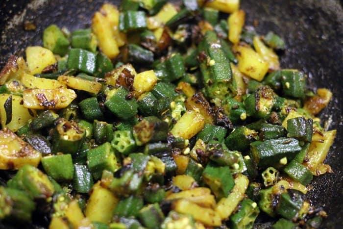 preparing bhindi rice