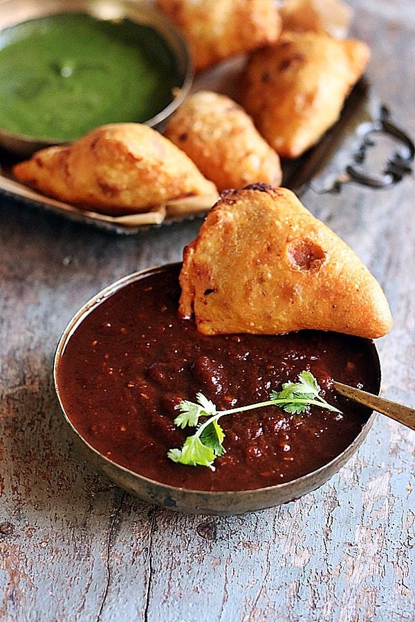inli chutney served with samosa