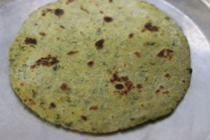 cooked methi thepla ready to be served